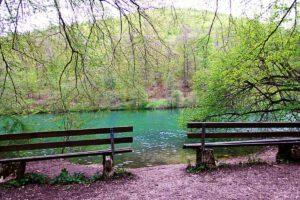 Sitzbänke am Kaltentalweiher in Bad Urach