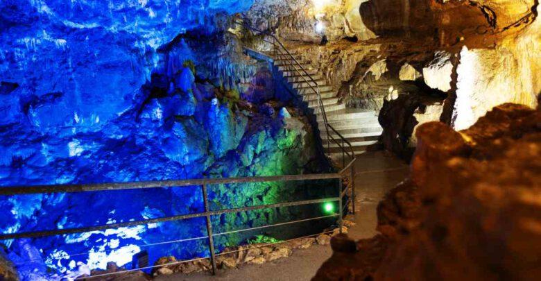 Bärenhöhle innen farbig beleuchtet