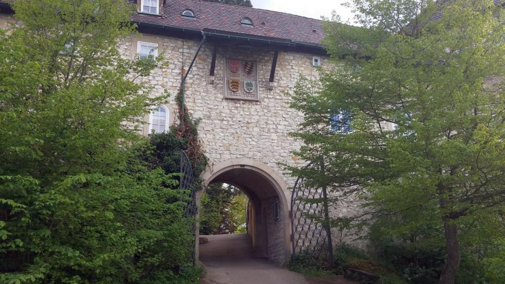 Vor dem Tor der Burg Teck