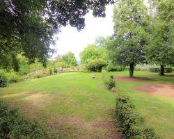 Der Vorhof mit Garten