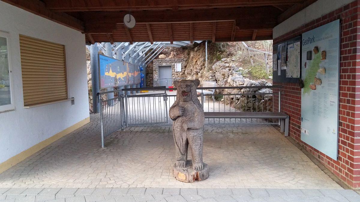 Bärenstatue vor der Höhle