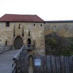 Zum Innenhof der Burg